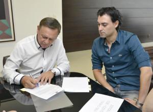 Prefeito Pedro Bigardi na assinatura do convênio
